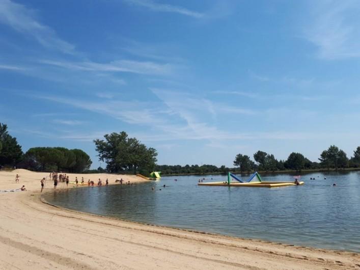Location de vacances - Camping à Parcoul-Chenaud - Plage de sable au lac de baignade dans le parc de loisirs