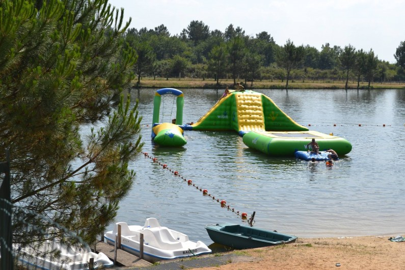 Location de vacances - Camping à Parcoul-Chenaud - Parcours aquatique sur le lac de baignade