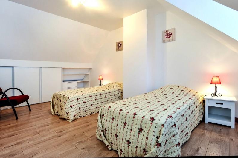 Location de vacances - Gîte à Vauville - CHAMBRE AVEC 2 LITS SIMPLES ET NOMBREUX RANGEMENTS