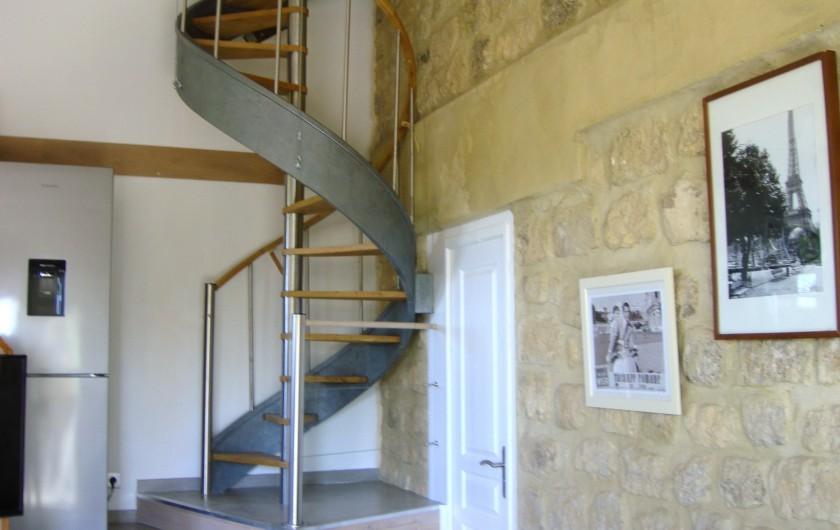 Location de vacances - Gîte à La Garde-Adhémar - Vue sur l'escalier menant l'étage où se trouve la chambre et la SDB