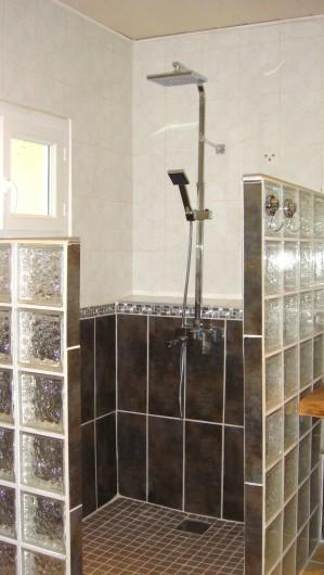 Location de vacances - Gîte à La Garde-Adhémar - SDB - vue sur la douche à l'italienne