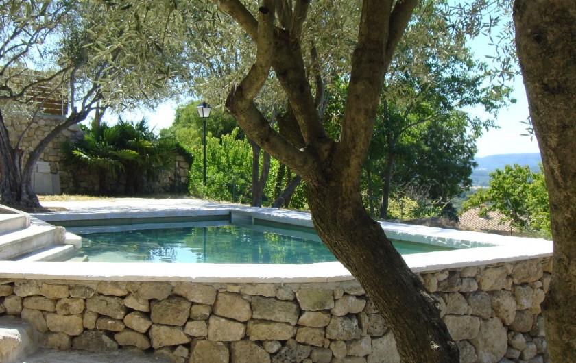 Location de vacances - Gîte à La Garde-Adhémar - Vue hors sold du bassin