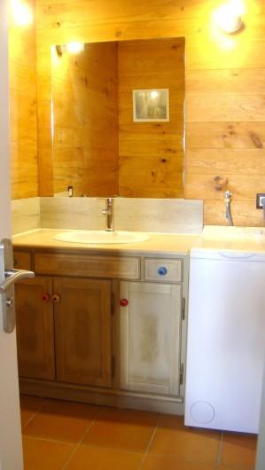 Location de vacances - Gîte à La Garde-Adhémar - Petite pièce d'eau du RDC avec Wc et machine à laver le linge.