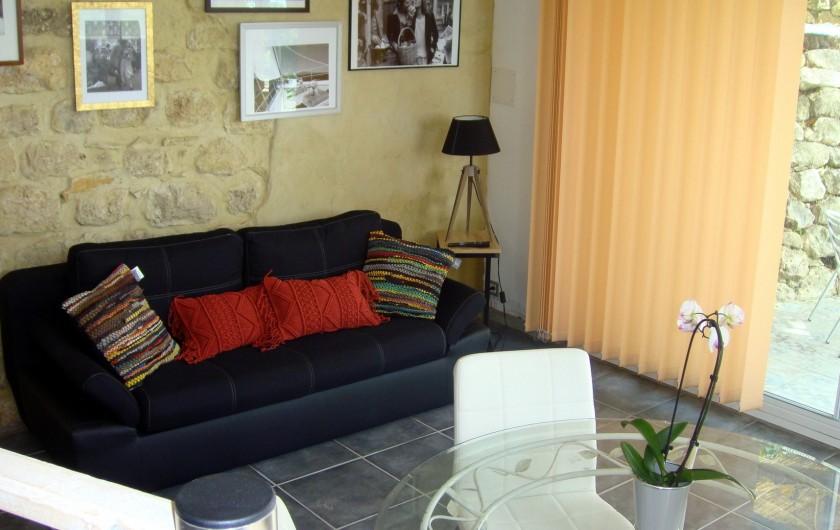 Location de vacances - Gîte à La Garde-Adhémar - Vue sur une partie du salon depuis l'estrade de la cuisine.