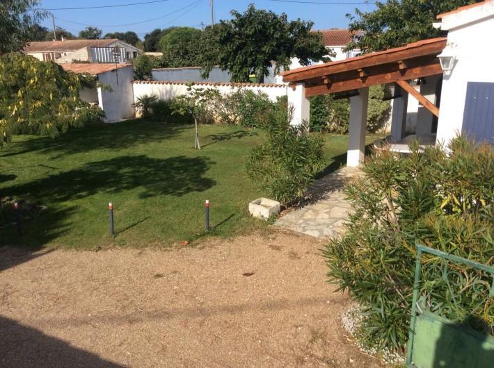 Location de vacances - Maison - Villa à Saint-Pierre-d'Oléron - Propriété vue du portail d'entrée