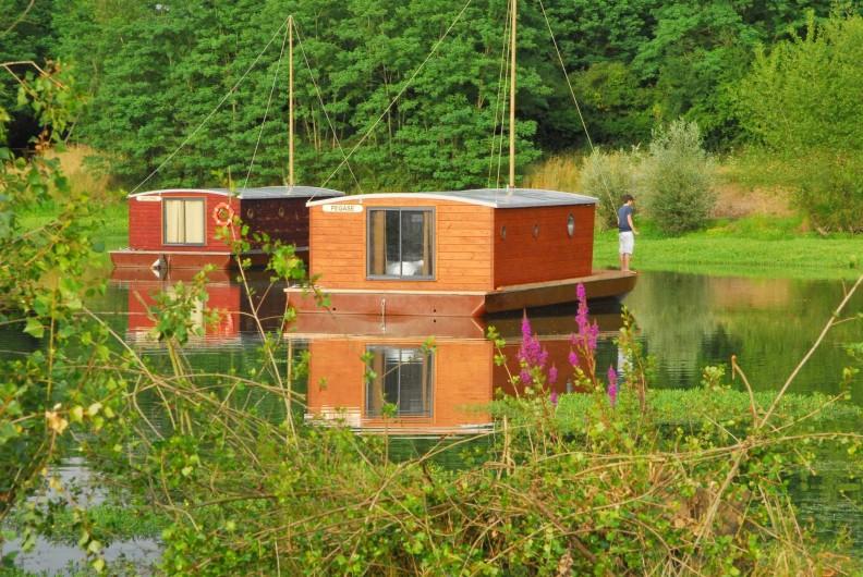 Location de vacances - Bateau à Chassenard - Toues cabanées accessibles en barque sur l'étang des Demoiselles