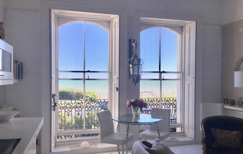 Location de vacances - Appartement à Saint Leonards - Table a manger avec vue sur le balcon et la mer