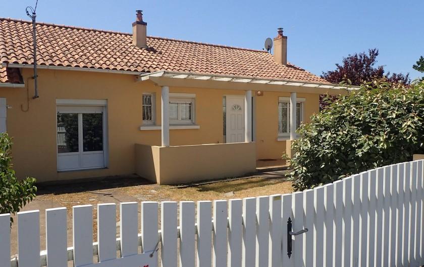 Location de vacances - Villa à Saint-Hilaire-de-Riez - La facade de la maison, donnant sur la rue de la Touche