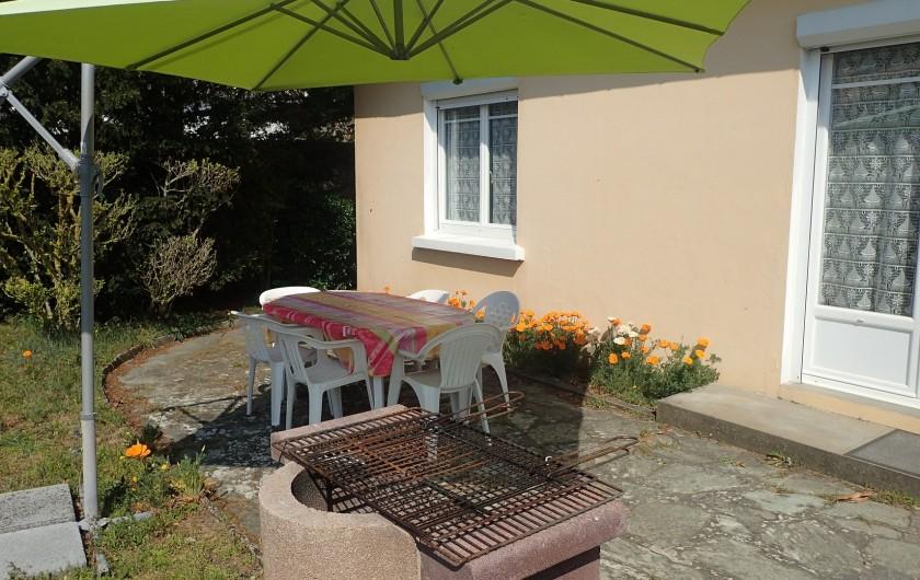 Location de vacances - Villa à Saint-Hilaire-de-Riez - buanderie avec ses toilettes donnant sur le jardin de derrière