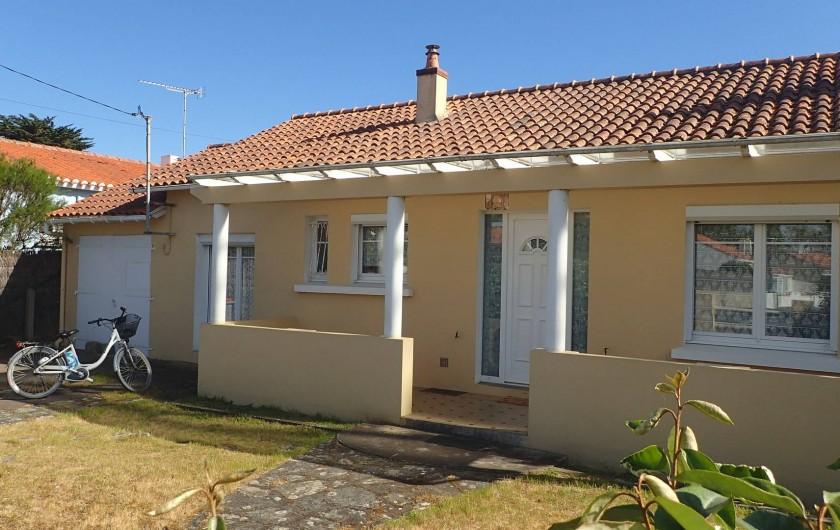 Location de vacances - Villa à Saint-Hilaire-de-Riez - maison vue de devant avec la place pour ranger deux voitures