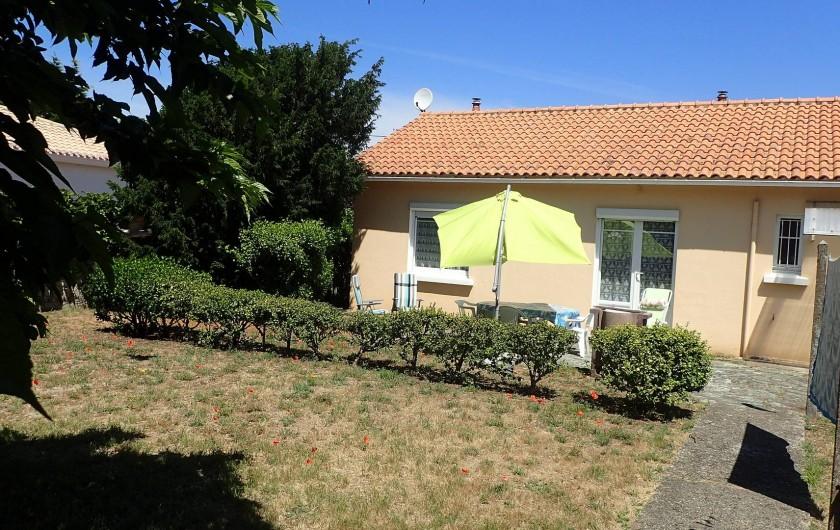 Location de vacances - Villa à Saint-Hilaire-de-Riez - vue de la maison avec son  jardin derrière
