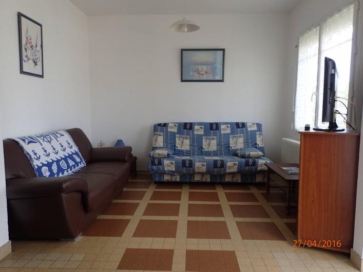 Location de vacances - Villa à Saint-Hilaire-de-Riez - salon avec ses 2 banquettes dont un clic clac une télé (écran plat)
