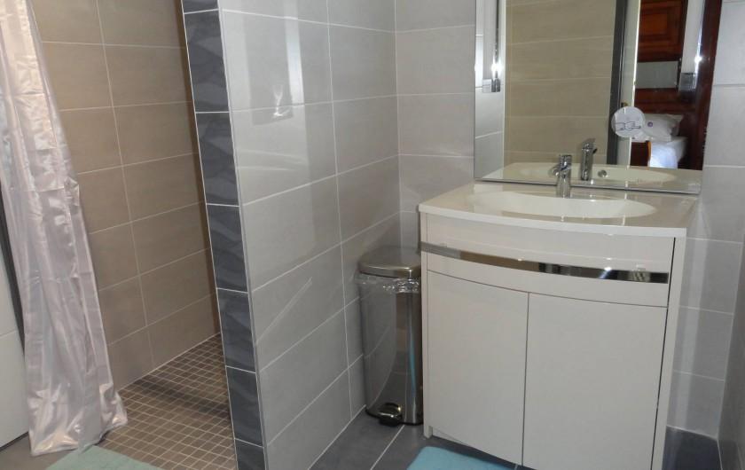 Location de vacances - Maison - Villa à Vessey - salle de douche RDC - accessible handicapé avec ouverture directe sur chambre