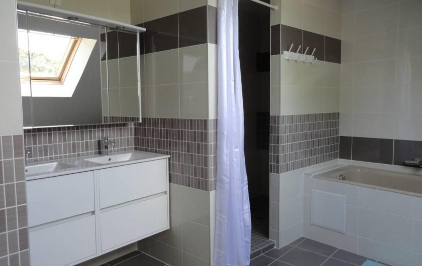 Location de vacances - Maison - Villa à Vessey - salle de bain étage : baignoire / douche / double vasque