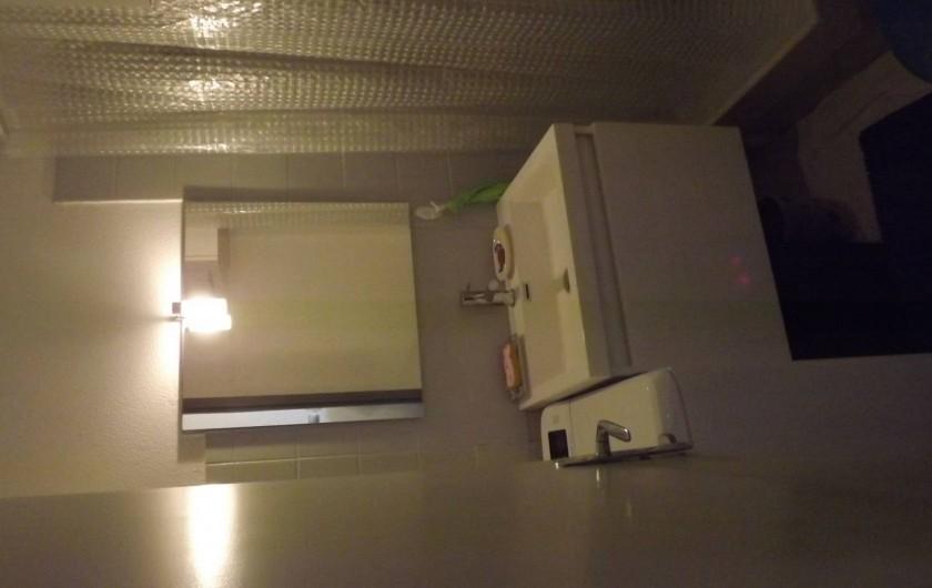 Location de vacances - Studio à Saint-Pierre la Mer - salle de bain avec douche