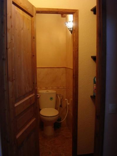 Location de vacances - Appartement à L'Albère - L'entrée des toilettes avec sas et rangements sur la droite