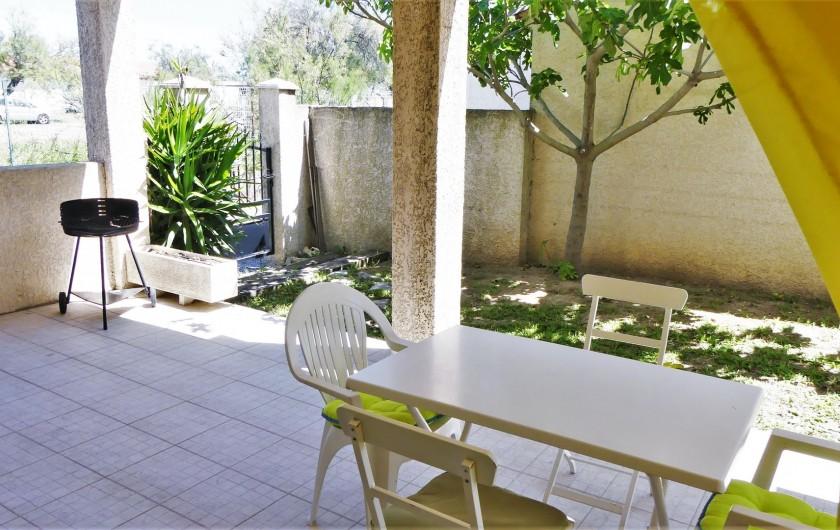 Location de vacances - Villa à Frontignan - Table terrasse avec vue sur le figuier