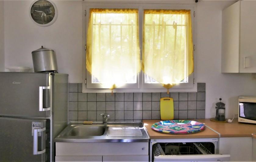 Location de vacances - Villa à Frontignan - Fenêtre ouest au dessus de l'évier dans cuisine ouverte