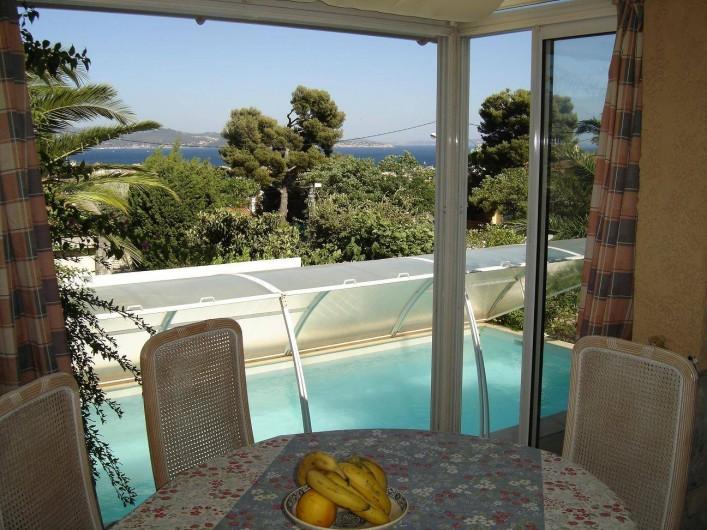 Location de vacances - Villa à La Ciotat - Coin repas cuisine, vue mer piscine