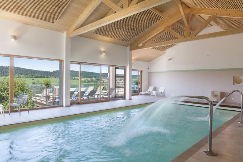 Location de vacances - Appartement à Malbuisson - Piscine intérieur chauffée avec bec de cygne et jets massant
