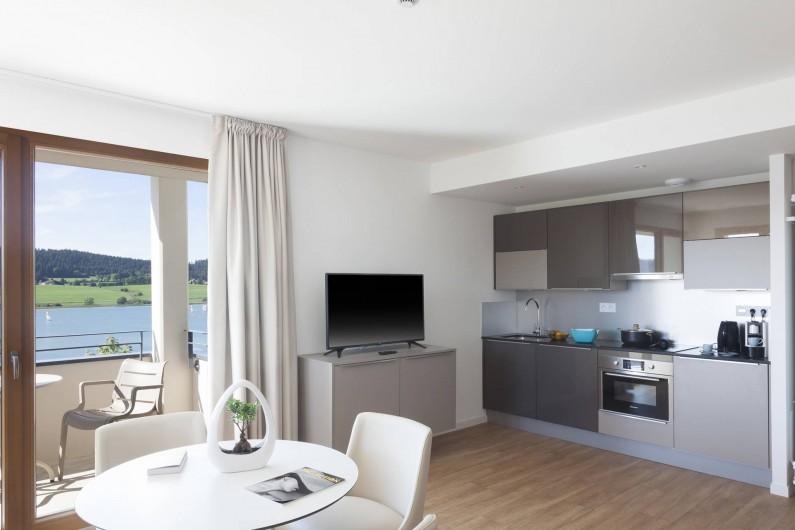 Location de vacances - Appartement à Malbuisson - Salon et coin cuisine