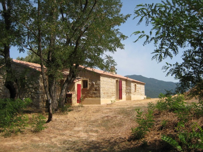 Location de vacances - Appartement à Sartène - Arrière de la maison avec accès au SPA