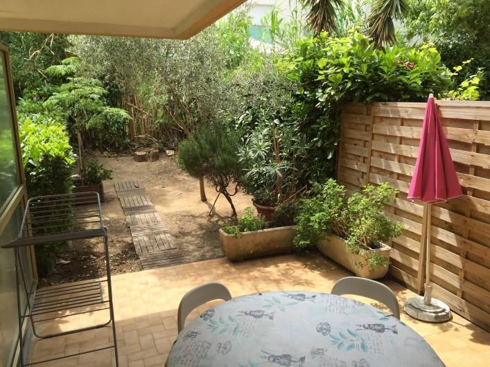 Location de vacances - Studio à Antibes - terrasse sur jardinet