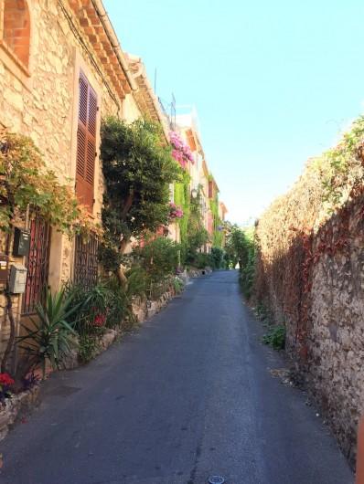 Location de vacances - Studio à Antibes - une des superbes ruelles du vieil Antibes à découvrir lors de belles balades