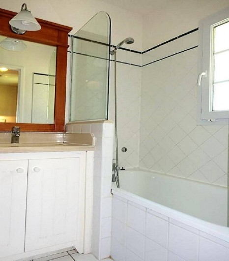 Location de vacances - Villa à Moliets-et-Maa - Salle de bains avec baignoire, vasque et wc.