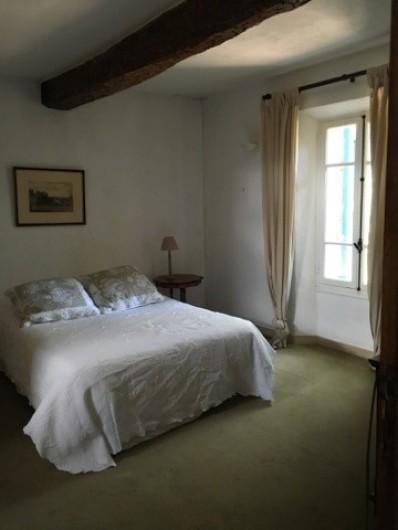 Location de vacances - Mas à Grasse - Chambre N°2 du premier avec sa salle de douche privative et wc.