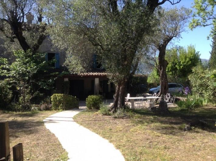 Location de vacances - Mas à Grasse - Jardin plat devant le mas et accès à la piscine.