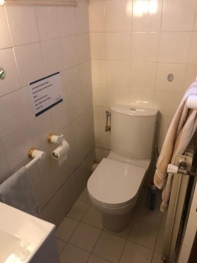 Location de vacances - Mas à Grasse - Salle de douches de la chambre n°1 du 1° étage