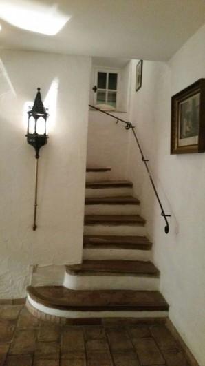 Location de vacances - Mas à Grasse - Escalier d'accès aux étages.