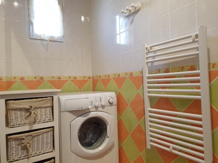 Location de vacances - Gîte à Lafrançaise - Lave linge, sèche serviette, rangement dans la salle d'eau.