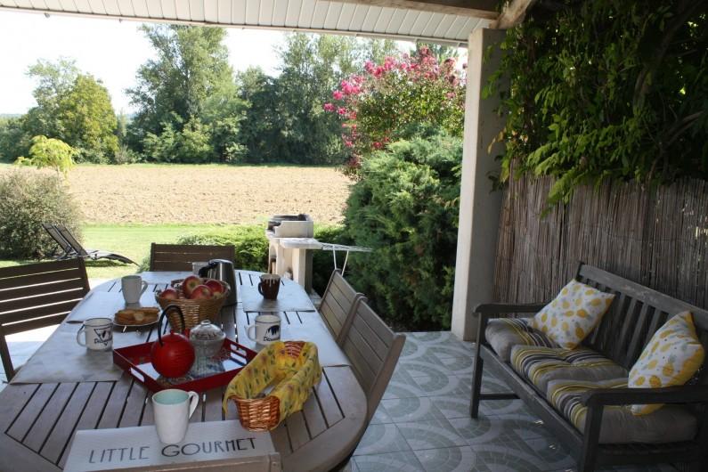 Location de vacances - Gîte à Lafrançaise - Votre terrasse couverte, vue sur la campagne. Salon de jardin pour les repas.