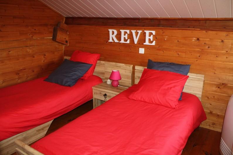 Location de vacances - Gîte à Lafrançaise - Chambre à l'étage 2 lits 90/190, commode et grand tiroir sous chaque lit.