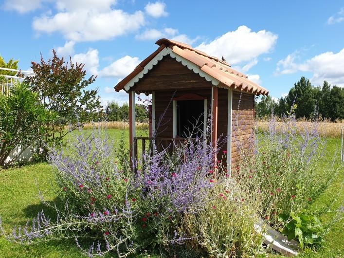Location de vacances - Gîte à Lafrançaise - Dans le jardin côté piscine la petite maison bois pour les enfants.
