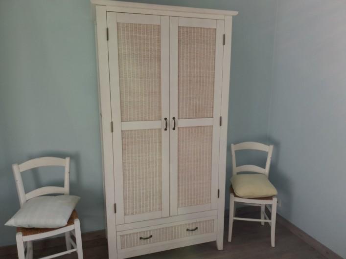 Location de vacances - Gîte à Lafrançaise - L'armoire dans la chambre bleue, votre rangement.