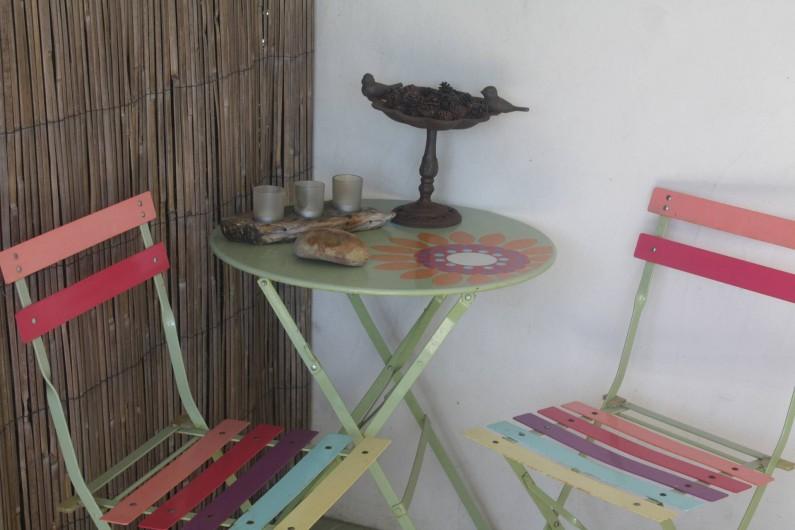 Location de vacances - Gîte à Lafrançaise - Une petite table en plus dans un coin de la terrasse.