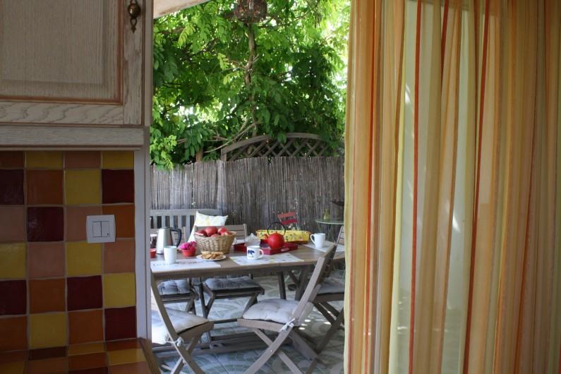 Location de vacances - Gîte à Lafrançaise - La cuisine accès direct à la terrasse.