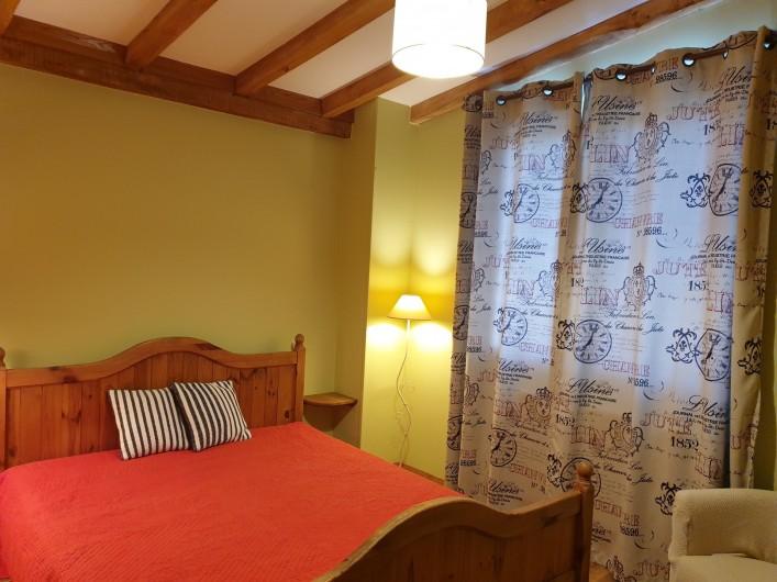 Location de vacances - Gîte à Lafrançaise - La chambre marjolaine, rideaux volets et moustiquaire à la fenêtre.