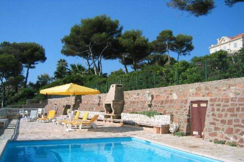 Location de vacances - Villa à Saint-Raphaël - terrasse avec  piscine,  relax tables chaises parasol frigo douche solaire