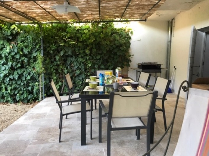 Location de vacances - Gîte à Buis-les-Baronnies - terrasse couverte  jardin