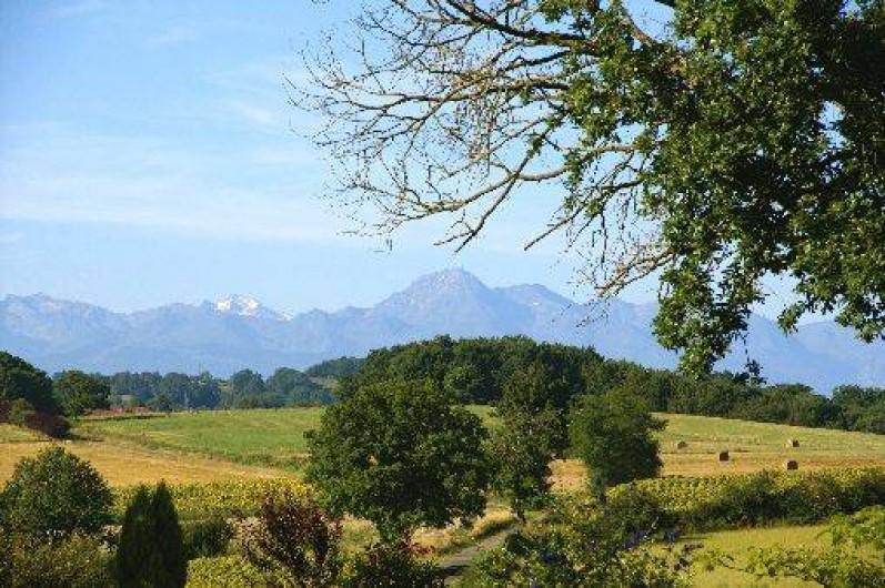 Location de vacances - Gîte à Duffort - Vue  panoramique sur les Pyrénées depuis la terrasse du gîte