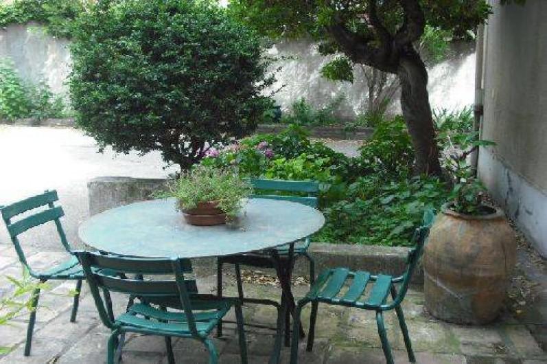 Location de vacances - Appartement à Nîmes - devant l'entrée de l'appartement