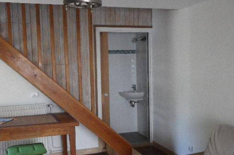 Location de vacances - Appartement à La Rochelle - porte coulissante wc et escalier vers l'étage.