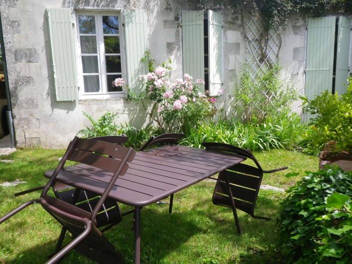 Location de vacances - Appartement à La Rochelle - table et chaises à disposition.