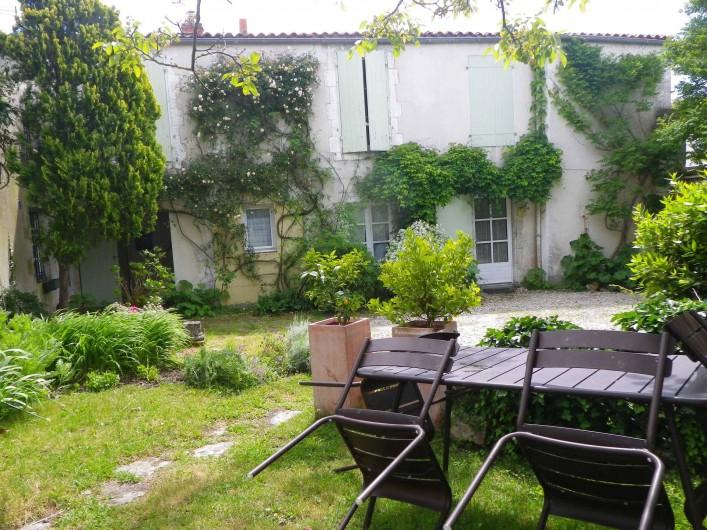 Location de vacances - Appartement à La Rochelle - jardin côté rue.