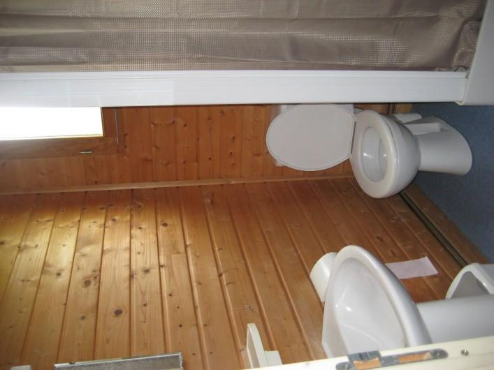 Location de vacances - Chalet à Le Malzieu-Ville - salle de bain :  lavabo , wc , cabine de douche