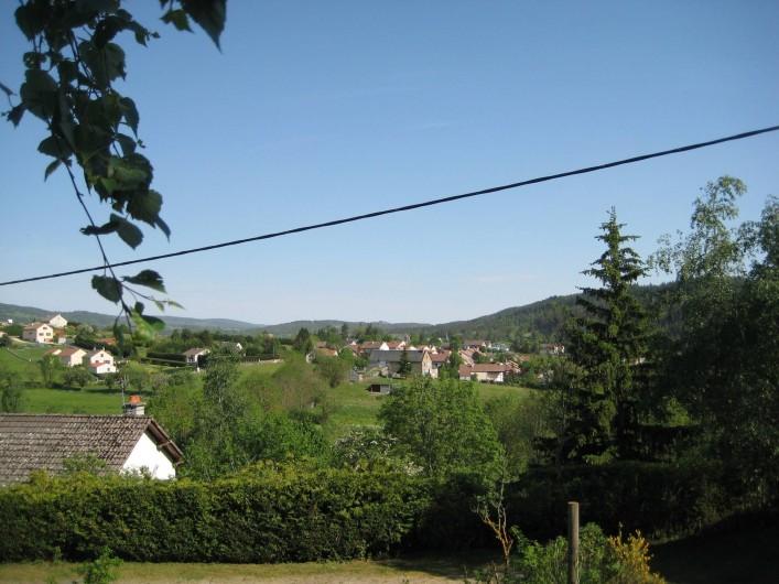 Location de vacances - Chalet à Le Malzieu-Ville - vue de la terrasse sur le Malzieu -ville